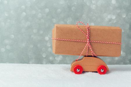 juguetes de madera: Caja de regalo en el coche de juguete. Celebraci�n de la Navidad concepto de vacaciones