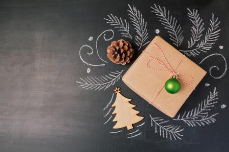 黒板背景にクリスマス ホリデー ギフト。コピー スペースを上から表示します。