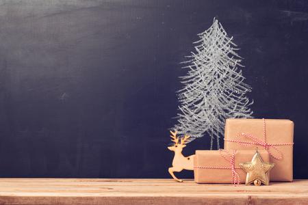 cajas navide�as: Fondo de la Navidad con la pizarra y regalos Foto de archivo