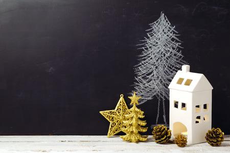 Creatieve Kerstmis Stilleven met versieringen en schoolbord Stockfoto
