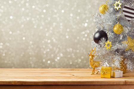Fondo de vacaciones de Navidad con el árbol de Navidad y decoraciones de mesa de madera. Adornos negros, oro y plata Foto de archivo - 45721234