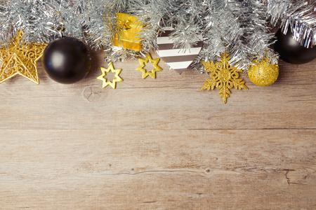 木製テーブルの上黒、黄金と銀の装飾クリスマスの背景。コピー スペースを上から表示します。 写真素材