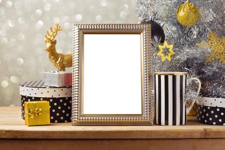 クリスマス ポスターのモックアップ クリスマス ツリーとギフト ボックス テンプレート。黒、金、銀の装飾
