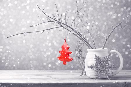 背景のボケ味の上にぶら下がってクリスマス ツリーの飾り 写真素材