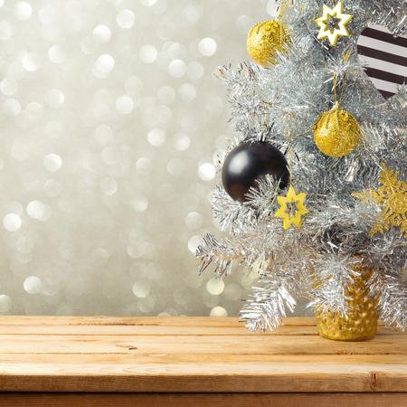 クリスマス ツリーや装飾品のライト背景のボケ味を。黒、金、銀の装飾品