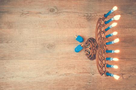 candela: Festa ebraica di Hanukkah sfondo creativo con menorah. Vista da sopra con particolare attenzione alla menorah. Retro effetto filtro. Archivio Fotografico