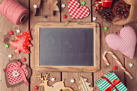 Chalkboard with Christmas decorations on wooden background. View from above 免版税图像
