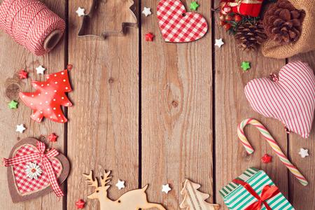 tree top view: Fond de Noël avec des décorations de Noël sur la table en bois rustique. Vue du dessus