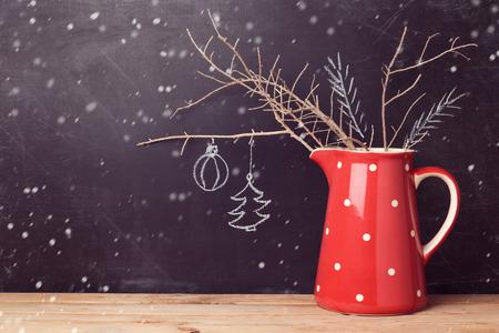 Weihnachtshintergrund mit Krug auf Tafel. Kreative Weihnachtsschmuck. Alternative Weihnachtsbaum.