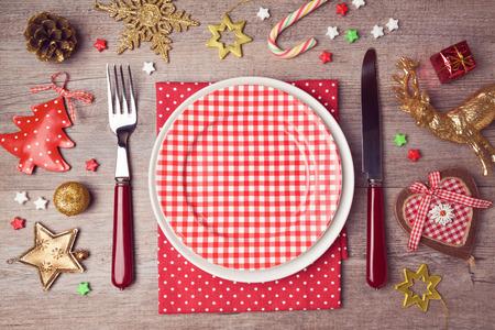 arbol de pino: Establecer con decoraciones r�sticas placa de la cena de Navidad. Vista desde arriba