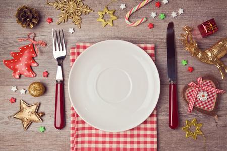 경치: 소박한 장식 크리스마스 저녁 식사 배경입니다. 위에서 볼