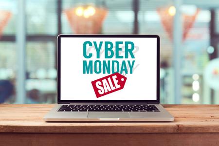 Cyber ??Monday señal en el ordenador portátil. Vacaciones concepto de compras en línea. Vista desde arriba Foto de archivo