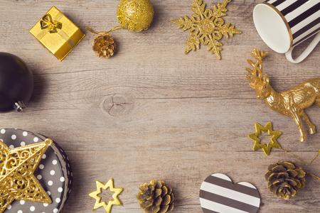 나무 테이블에 현대 검은 황금 장식 크리스마스 배경입니다. 위에서 볼