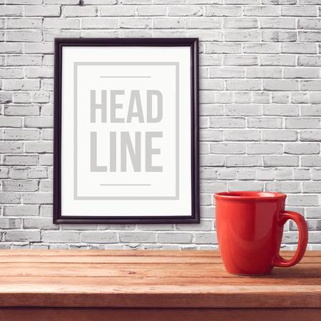 copa: Cartel maqueta plantilla con la taza roja en la mesa de madera sobre pared de ladrillo blanco