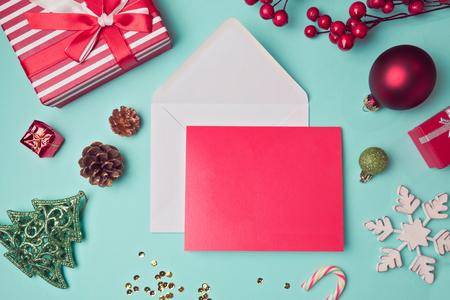 sobres para carta: Tarjeta de felicitación maqueta plantilla con decoraciones de Navidad. Vista desde arriba