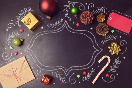 Christmas holiday bakgrund med dekorationer och hand ritningar på tavlan. Vy från ovan
