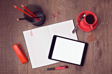 상위 뷰는 디지털 태블릿 및 노트북과 사무실 책상의 템플릿을 조롱. 영웅 헤더 이미지