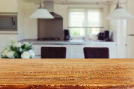 sfondo l'Inter con tavolo da cucina vuota Archivio Fotografico