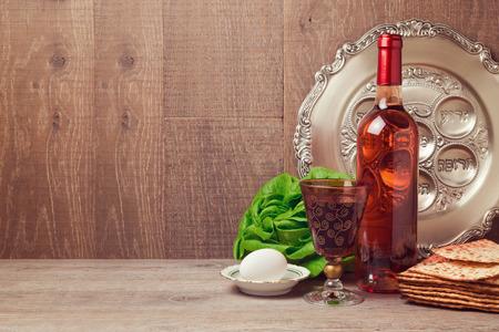 Pascha achtergrond met een fles wijn, matzoh, ei en seder plaat