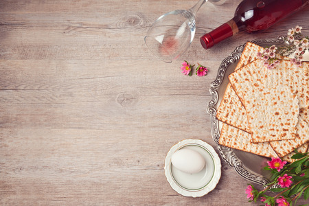 Passover background with matzah, seder plate and wine. View from above 版權商用圖片 - 52898007