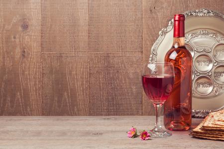 Joodse vakantie Pascha achtergrond met wijn en seder plaat op houten tafel Stockfoto