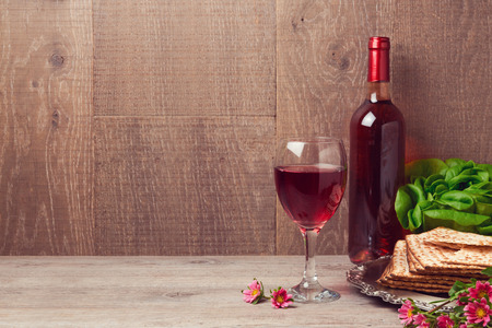 Passover celebration with wine and matzoh over wooden background Banco de Imagens