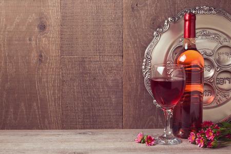 목조 배경 위에 와인과 seder 접시와 유월절 축하