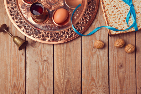 pesaj: fondo de Pascua con matz�, el vino y el plato del Seder de edad. Vista desde arriba Foto de archivo
