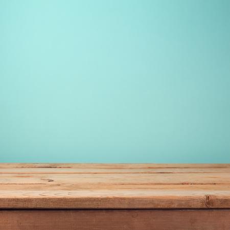Lege houten dek tafel over mint wallpaper achtergrond