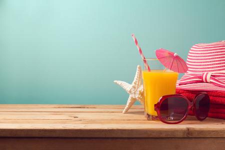 オレンジ ジュースとビーチ アイテムで夏の休日休暇コンセプト