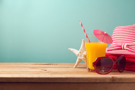 Summer holiday vacation concept with orange juice and beach items Foto de archivo