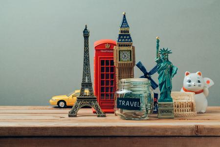 Koncepcja podróży i turystyki z pamiątek z całego świata. Planowanie wakacji, pojęcie pieniądze budżet podróży. Oszczędność pieniędzy na wakacje.
