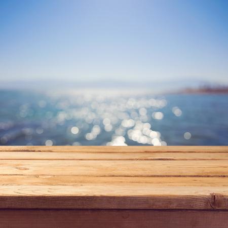 바다 bokeh 배경 위에 빈 나무 갑판 테이블입니다. 여름 휴가 배경입니다. 스톡 콘텐츠