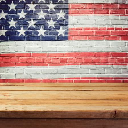 阵亡将士纪念日背景与空木桌和美国国旗