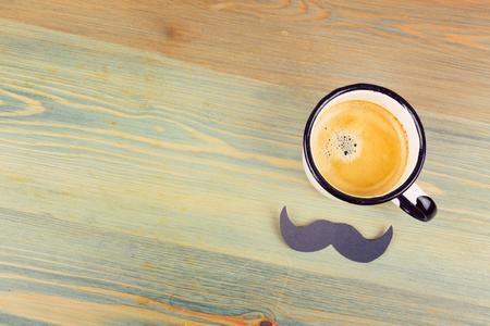 父亲节的节日背景是咖啡杯和纸胡子。从上面的观点