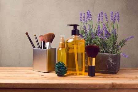 productos de belleza: SPA cosmético y compone fondo con productos de mesa de madera