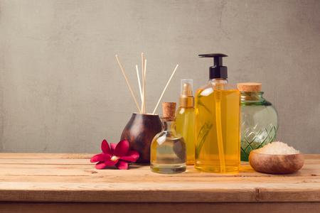 ボディケア製品と木製のテーブルに芳香エッセンス オイル ボトル 写真素材
