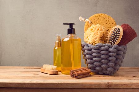 화장품 SPA 및 나무 테이블에 제품과 개인 위생 배경 스톡 콘텐츠