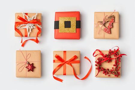自家製の創造的なラッピングとクリスマス ギフト ボックス。上からの眺め。フラットを置く 写真素材