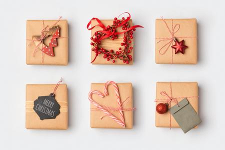 집에서 아이디어를 포장하는 크리스마스 선물 상자. 위에서 볼. 평평한 평지