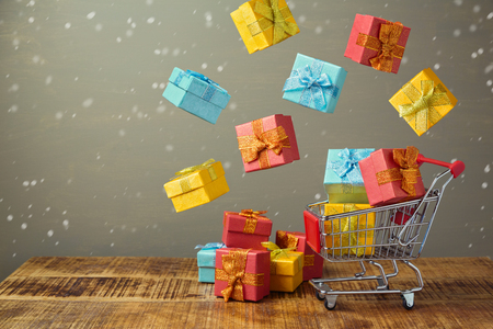 cajas navideñas: Christmas holiday sale concept with shopping cart and gift boxes Foto de archivo