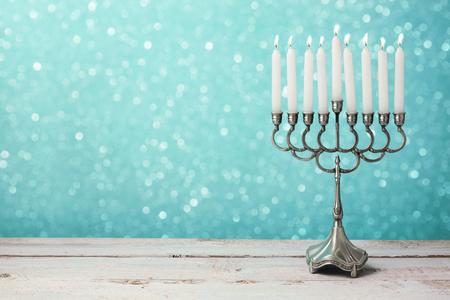 Menorah mit Kerzen für Chanukka-Feier über Bokeh-Hintergrund