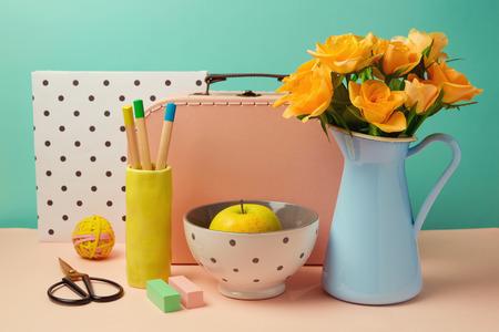 Rose bouquet de fleurs, de pomme et de boîte de valise encore la vie dans le style memphis