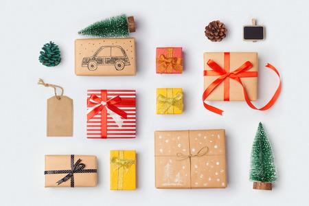 テンプレート デザインのモックアップの松の木とクリスマス ギフト ボックス コレクション。上からの眺め。フラットを置く