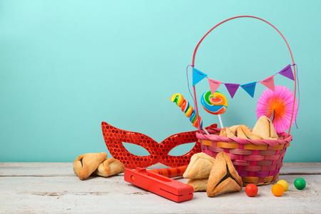 hamantaschen 쿠키 또는 hamans 귀와 카니발 마스크와 유대인 휴일 Purim 개념 스톡 콘텐츠