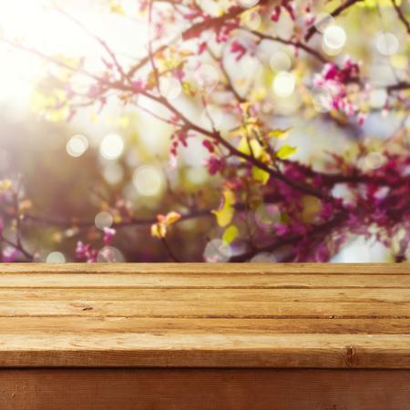 商品モンタージュの展示春花ツリー背景空ウッドデッキ テーブル