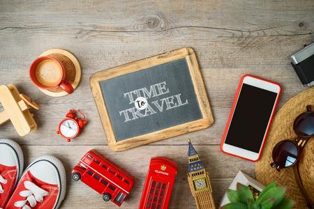 Reisen und Tourismus nach London, Großbritannien Hintergrund mit Tafel und Souvenirs auf Holztisch. Draufsicht von oben