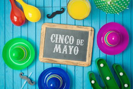 五月五日节的背景与黑板,墨西哥仙人掌和派对宽边帽在木板上。从上面俯视