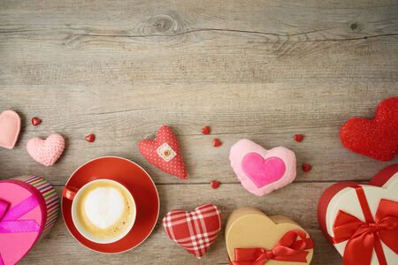 Valentines day background with heart shapes, coffee cup and  gift boxes. Top view from above Foto de archivo - 138047603