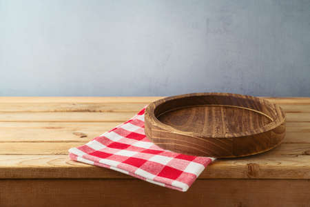 Empty wooden plate on table. Kitchen interior background for product display 免版税图像